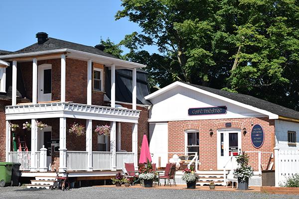 Bâtisse Café-Théâtre La vie en rose de Lyne et Claude